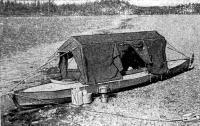 Установленная на лодке тент-палатка