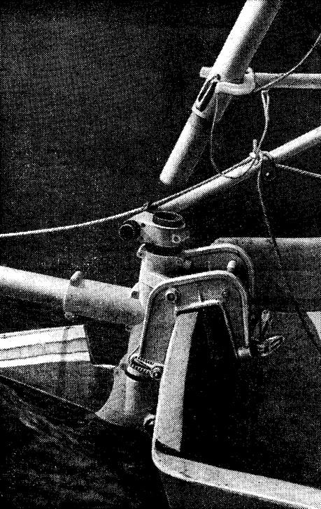 Устройство навешено на транец гребной лодки