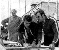 В. Потапов (справа) делится опытом настройки катамарана с зарубежными гонщиками