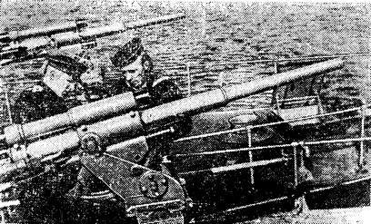 Вчерашние яхтсмены на кораблях ОВРа. Слева — Н. М. Ермаков