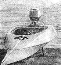 Вид спереди мотолодки с традиционными обводами