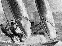 Виндсерфер с тремя человеками на борту