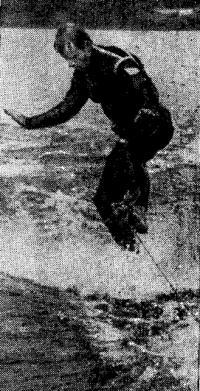 Воднолыжник выполняет фигуру