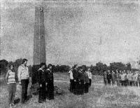 Возложение венков к подножью памятника морякам на о. Гогланд