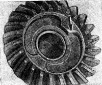 Выработка выступов шестерни (показана стрелкой)