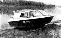 Вытащенный на берег катер
