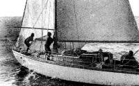 Яхта «Фортуна» огибает судейское судно