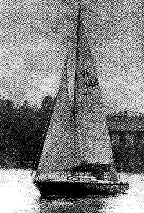 Яхта «Конрад-24» на ходу под парусами