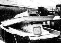 Яхта в процессе постройки: с матрицы снимается готовая секция палубы