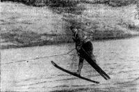 Заслуженный мастер спорта И. Потэс прыгает с трамплина