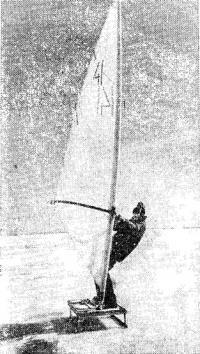 Зимний тренажер — сани с парусом виндсерфера на льду Финского залива