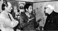 До Тхай Бинь (в центре) в редакции журнала