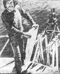 Джинто на корме яхты с одним из стабилизирующих швертов