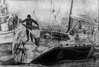 Джинто поднимает флаг Франции, приближаясь к финишному створу в Нью-порте