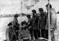 Экипаж флагманской яхты «Улисс» опускает венок на Дороге жизни