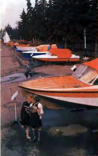 Экспозиция лодок на ярмарке