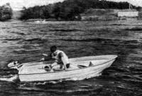 Гребно-парусная лодка «Пионер» идет под мотором