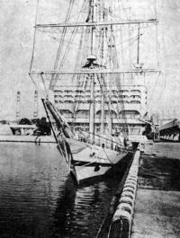 «Искра» у ленинградского морского вокзала