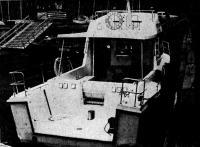 Кормовая часть катера имеет нишу для удобства постановки буев и буксировки яхт