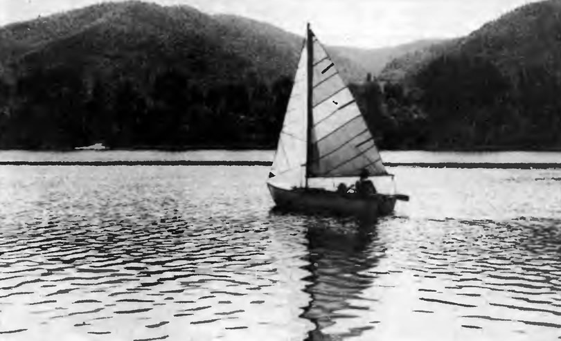 Лодка «Кефаль» под парусами на ходу