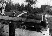 Лодка Оуэрса — кормовая часть. Поддерживает лодку за середину автор проекта