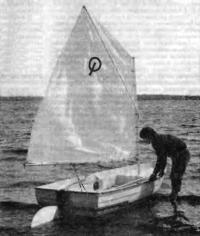 Лодка «Пионер» на воде под парусом