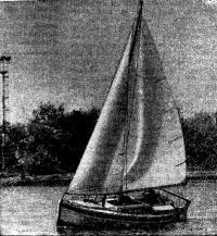 Мини-яхта «АИС» под парусами