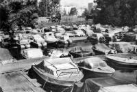 Моторные лодки на привязи