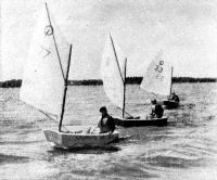 На дистанции яхты класса «Оптимист»
