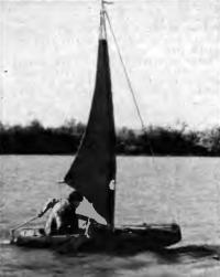 Надувная лодка с парусом на воде
