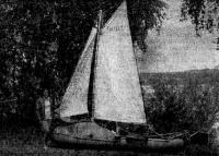 Одна надувная лодка из двух. А. Лосев вооружил ее гафельным шлюпом