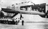Памятник — прославленный «речной танк» времен ВОВ