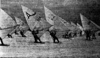 Парусные лыжники на дистанции
