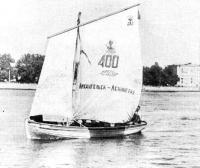 Под парусами шлюпки входят в Ленинград