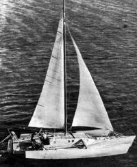 Пробный выход тримарана под оснасткой и парусами, заимствованными на килевой яхте