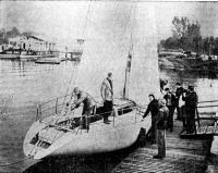 Спущенная на воду яхта