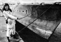 Тилли у своей подводной лодки
