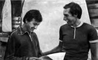 Тренер В. Е. Кусаков поздравляет Феликса Кузнецова с победой