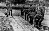 Участники похода возлагают цветы на братской могиле бойцов 264-го ОПАБ