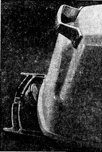 Установка дверной ручки на задней части капота для облегчения откидывания мотора
