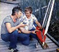 Валерий Бондаренко (Киев) с сыном Вячеславом готовит к старту модель яхты