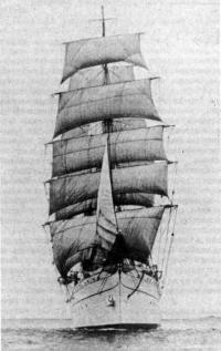 Вид спереди на барк «Седов»