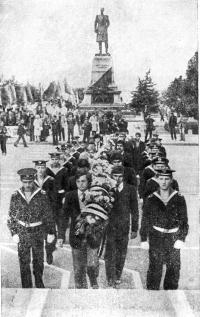 Возложение цветов к памятнику Ленину