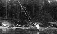 Яхта стоит на мели носом к берегу