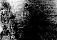 Яхтсмены опускают венок на месте гибели сторожевого корабля «Туман»