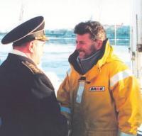 Адмирал В.И.Куроедов поздравляет Николая Литау