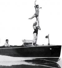 Акробатический трюк на плывущем катере