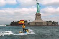 Алваро Маричалар возле статуи свободы в США