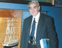"""Автор модели """"Патрикия"""" Эрнан Мадариага Монтойа в зале Музея флота в Вальпараисо"""