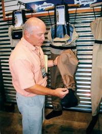 Билл Кляйн демонстрирует пуленепробиваемость новой модели вейдерсов